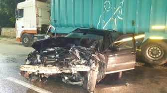 În urma impactului violent, cele două mașini au fost grav avariate, o persoană și-a pierdut viața, iar o alta este grav rănită. FOTO CTnews.ro