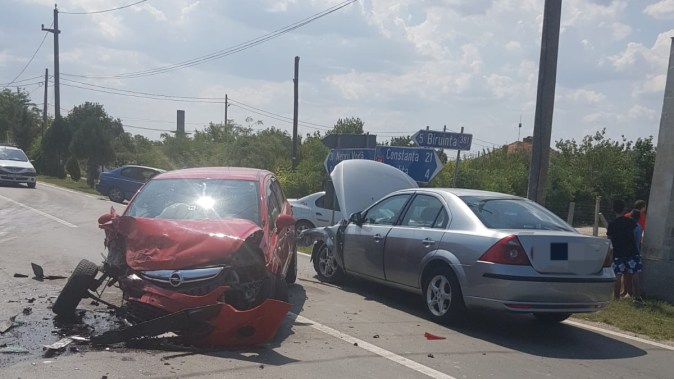În urma impactului dintre cele trei mașini, cinci persoane au fost rănite. FOTO IPJ Constanța