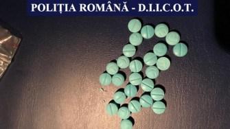 Polițiștii au găsit asupra suspecților comprimate de ecstasy. FOTO IPJ Constanța