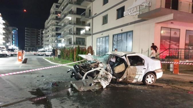 În urma impactului, cele două mașini au fost grav avariate, iar o persoană a decedat. FOTO N.B.