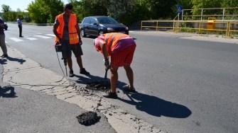 Structura de sub carosabill pe străzile din Cernavodă este analizată pentru ca asfaltarea să fie ca la carte. FOTO Cristina Niță.