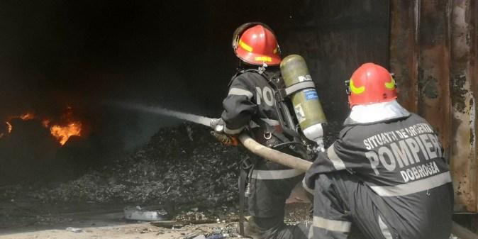Focul a fost stins cu greu de către pompieri. FOTO ISU Dobrogea