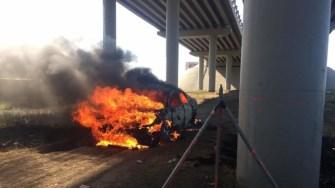 Mașina a ars ca o torță. FOTO Facebook/Gabriel Radu