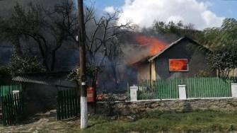 Focul a cuprins ăntraga casă într-un timp foarte scurt. FOTO ISU Dobrogea