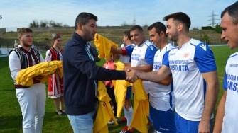Primarul George Scupra îi felicită pe câștigătorii Campionatului Național de Oină Seniori de la Ovidiu. FOTO CTnews.ro