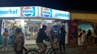 Magazinele alimentare sunt la tot pasul. FOTO Cătălin SCHIPOR