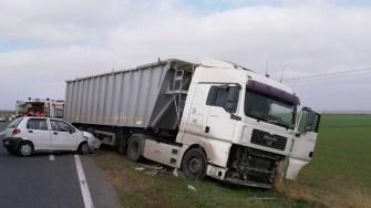 Matizul scăpat de sub control a intrat în coliziune cu TIR-ul. FOTO ISU Dobrogea