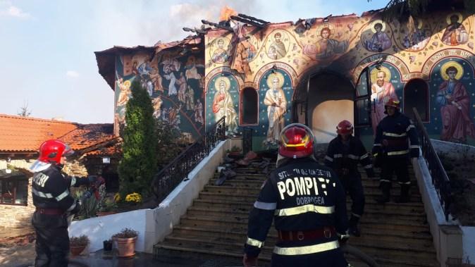 Biserica mănăstirii Sf. Filip din Urluia a fost distrusă de flăcări. FOTO Arhiepiscopia Tomisului