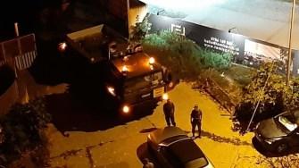Militarii au fost luați prin surprindere de mașina parcată în poarta lor. FOTO Facebook/Parchez ca un bou