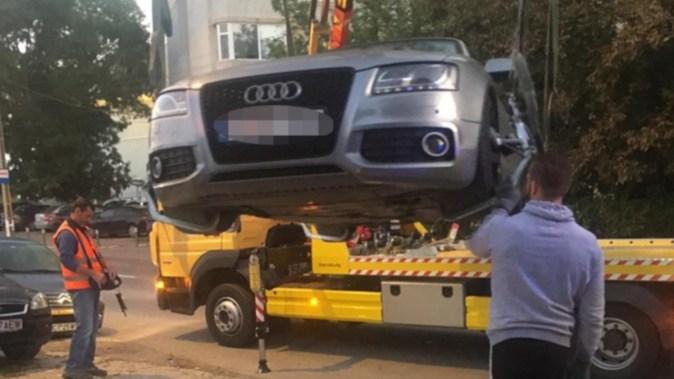 În cele din urmă, mașina a fost ridicată și drumul eliberat. FOTO Facebook/Parchez ca un bou