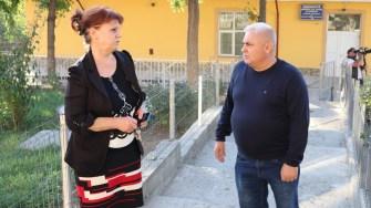 Directoarea școlii gimnaziale Dan Spătaru, Elena Florescu și primarul comunei, George Nicola. FOTO Adrian Boioglu