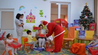 Moș Crăciun în vizită la Creșa numărul 2 din Cernavodă. FOTO CTnews.ro