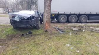 Autoturismul a ricoșat din stâlpul de beton și s-a oprit în TIR. FOTO CTnews.ro