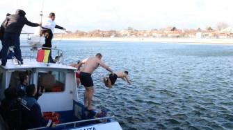 Curajoșii au sărit în apă pentru a prinde crucea. FOTO Primăria Medgidia