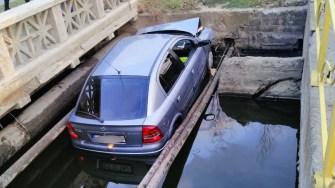 Bărbatul aflat la volan a scăpat teafăr după cascadorie. FOTO CTnews.ro