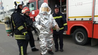 Un pompier a fost echipat cu un costum special. FOTO ISU Dobrogea