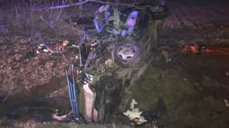 Autoturismul lovit a fost aruncat în afara drumului, grav avariat. FOTO CTnews.ro