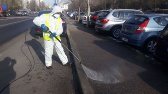 Străzile și trotuarele sunt spălate cu apă cu clor și soluții biocide. FOTO Polaris M Holding