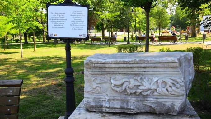 Se montează panouri informative în Parcul Arheologic. FOTO Primăria Constanța
