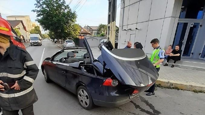Tânără rănită grav după ce și-a prins capul în sistemul de decapotare al autoturismului
