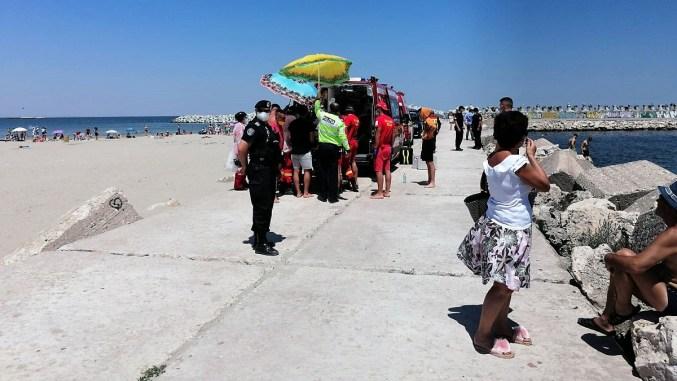 """Bărbat salvat de la înec pe plaja Modern din Constanța. FOTO ISU """"Dobrogea"""""""