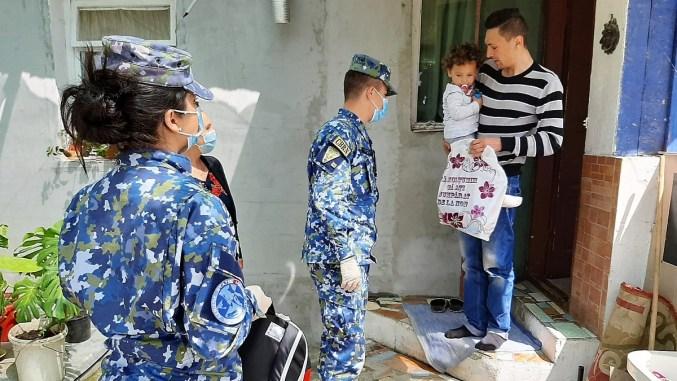 Cadouri de 1 iunie de la militarii de la Capu Midia. FOTO C.N.I.Ap.AA