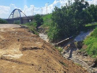 A fost rezolvată problema mirosului neplăcut din zona canalului de captare a apelor pluviale din Murfatlar. FOTO ABADL