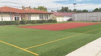 Terenul de sport al școlii din Mihai Viteazu. FOTO Paul Alexe