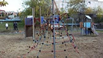 Primăria Cernavodă amenajează noi locuri de joacă în oraș. FOTO Paul Alexe