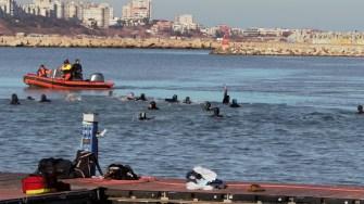 Mai mulți tineri s-au aruncat în mare după cruci. FOTO Paul Alexe