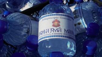 Sticle cu apă sfințită. FOTO Paul Alexe