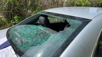 Mașină afectată de explozia dintr-un bloc din Constanța. FOTO CTnews.ro