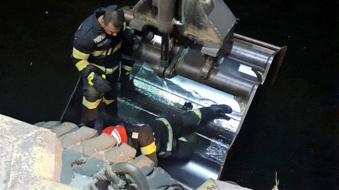 """Pompierii au salvat un câine căzut în apele Portului Constanţa. FOTO ISU """"Dobrogea"""""""
