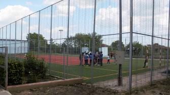 Terenul de fotbal de la școala din Mihai Viteazu. FOTO Paul Alexe