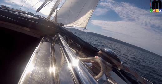 die Sonnen spiegelt sich im Chrome der Segelyacht