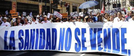 Imagen de archivo de una de las manifestaciones convocadas por la Marea Blanca en el centro de Madrid. / Efe