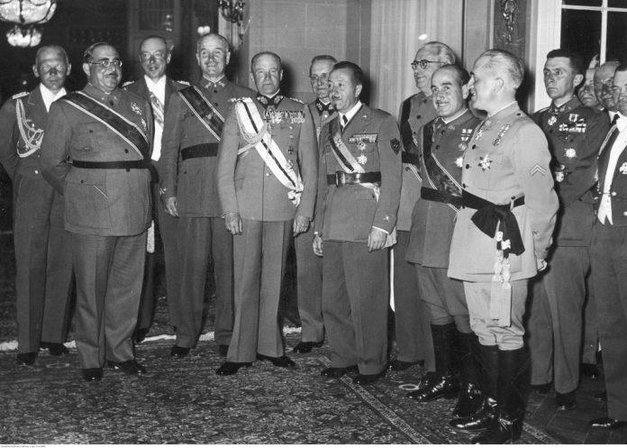 Comitiva de generales españoles en Berlín, durante el viaje de vuelta de la Legión Cóndor a Alemania. El cuarto por la izquierda es Gonzalo Queipo de LLano y, al fondo, con gafas, Juan Yagüe.
