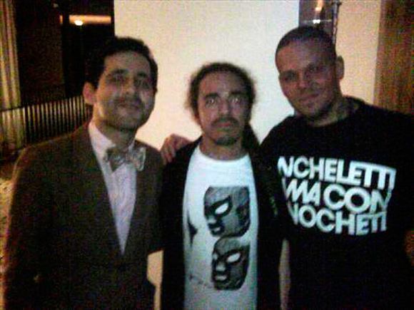"""Aca con ruben cafeta afuego"" foto tomada de su de Twitter, en la foto con la camiseta ""Micheletti rima con Pinocheti"""