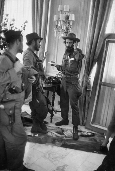 Camilo Cienfuegos en el Palacio Presidencial, 1959 (Revista Life)