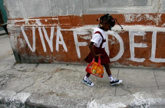 Una niña de prescolar va camino a su escuela en La Habana, 1 de septiembre de 2009. (AP Photo/Franklin Reyes)