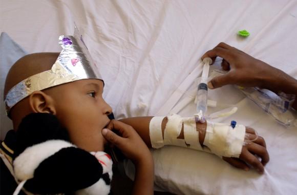 Reimer Sotomayor, de cinco años que sufre de cáncer, recibe un tratamiento en el Hospital Oncológico de La Habana. 23 de octubre de 2009. Estes es uno de los tratamientos más afectadas por el bloqueo de Estados Unidos contra Cuba. (AP Photo/Franklin Reyes)