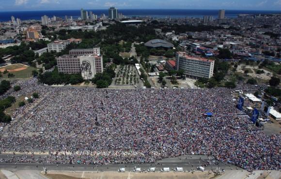 Cubanos en la Plaza de la Revolución el 20 de septiembre de 2009. (ISMAEL FARNCISCO/AFP/Getty Images)