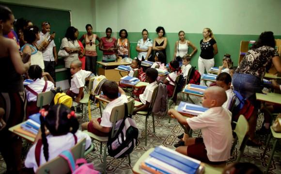 """Los padres de los niños asisten al primer día de clases en la escuela """"Angela Landa"""", de La Habana Vieja. 1 de septiembre de 2009.  (AP Photo/Javier Galeano)"""