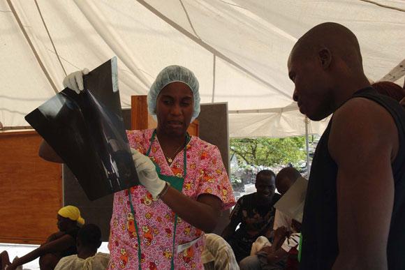 Médicos cubanos en el hospital Saint Michel Jacmel, del departamento Sudeste en Haití. Atienden a   los pacientes en un hospital cubano de campaña recien llegado de Cuba. AIN Foto: Juvenal BALAN /Periódico Granma /Enviado Especial