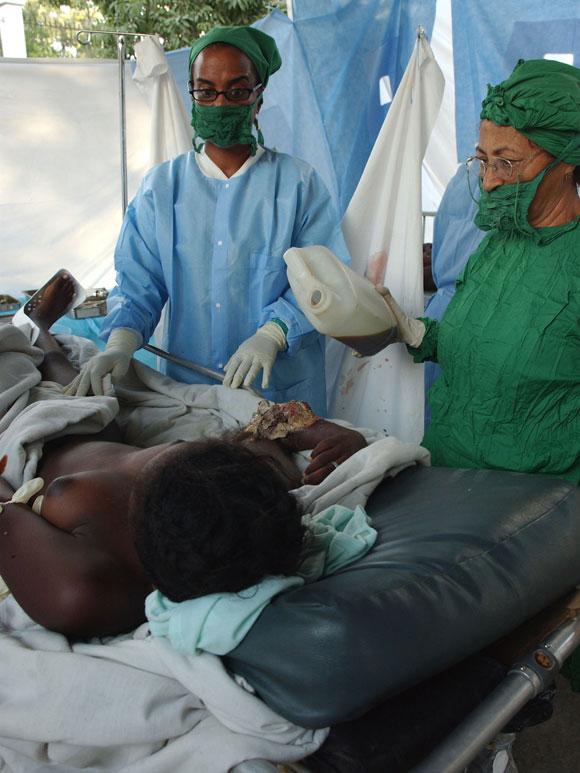 Los médicos asisten a los pacientes con secuelas del terremoto del pasado 12 de enero en Puerto   Principe, Haití. Centre Hospitalier Renaissance. AIN Foto: Juvenal BALAN /Periódico Granma /Enviado Especial