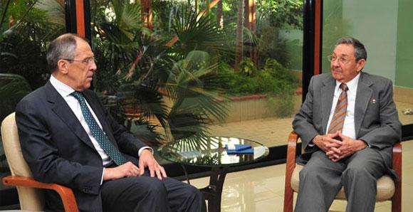 El presidente cubano Raúl Castro (D) en conversaciones con el canciller ruso Serguei Lavrov (D)