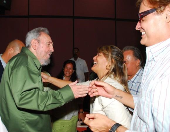Fidel conversa con Petí y Amaury Pérez. Foto: Estudios Revolución