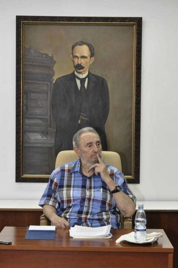 Fidel Castro en el encuentro con periodistas de la Mesa Redonda. Foto: Estudios Revolución