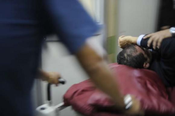Correa es atacado con bombas lacrimógenas y llevado en camilla al hospital. (Foto: AFP)