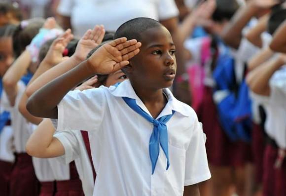 Cantando el Himno Nacional. Foto: AFP